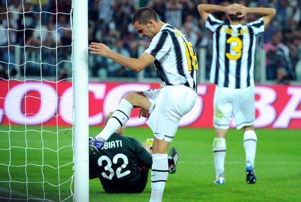 Y el que casi se nos lesiona es Leonardo Bonucci de la Juventus, al lame...