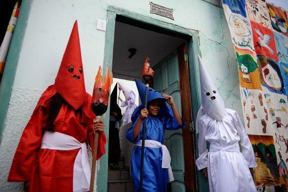 """Y en Brasil los devotos se visten de """"Farricocos"""" que son la representac..."""