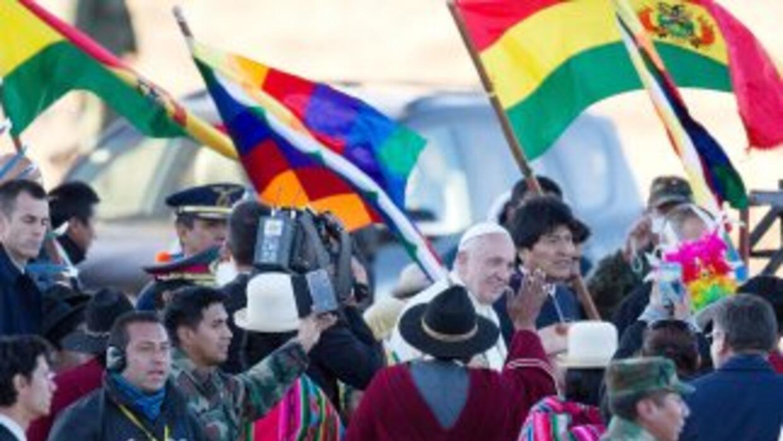 El Papa Francisco junto al Presidente Evo Morales a su llegada el miérco...