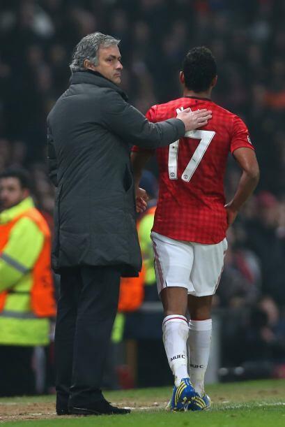 Consuelo entre compatriotas. Mourinho le da palmaditas a Nani a su salid...