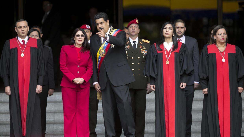 Nicolás Maduro con su esposa, Cilia Flórez, y algunos de los miembros de...