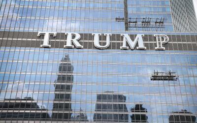Letrero de una de las torres Trump, en Chicago.