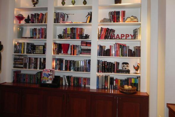 La biblioteca es enorme, con libros, videos y discos.