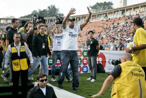 Adriano se presentó oficialmente en su nuevo club, el Corinthians, el mi...