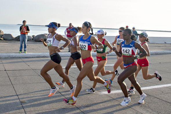 El segundo lugar del podio en la maratón de la rama femenil se lo adjudi...