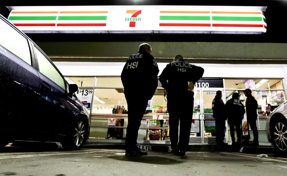 Agentes de ICE volverán a 7-Eleven por documentación de empleados immigr...