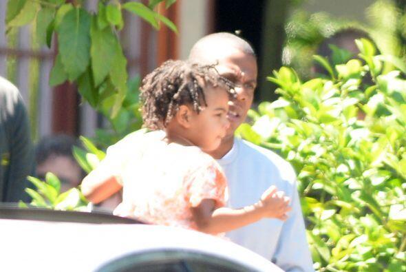 Aquí el orgulloso padre caminando con su pequeña.  Mira lo...