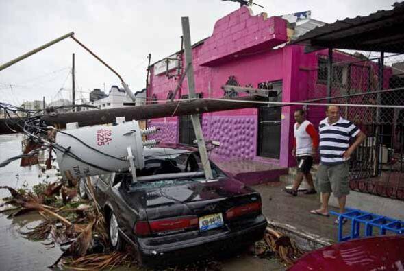 Carros, casas, calles, y tendidos eléctricos completamente destruidos po...