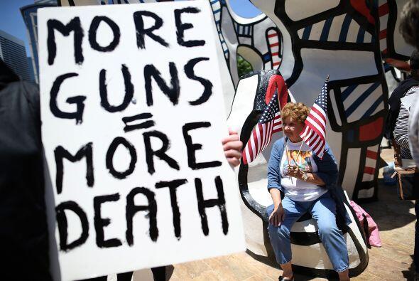 """""""Más armas= Más muerte,"""" lee ésta."""