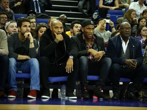 Los jugadores del Chelsea Cesc Fàbregas y Didier Drogba y el exfu...