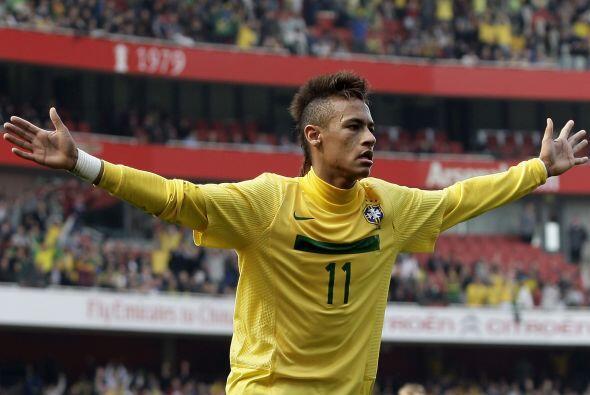 Con sólo 19 años, el delantero Neymar se ha convertido en el nuevo astro...