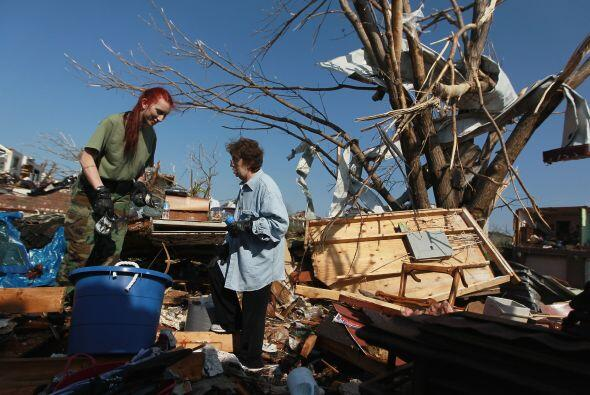 """El tornado destruyó posiblemente """"miles"""" de viviendas, dijo el jefe de b..."""
