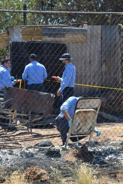 Peritos ministeriales levantan información entre los escombros. El incen...