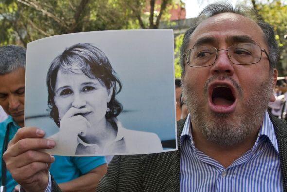 Afuera de Casa Lamm, en la Ciudad de México, simpatizantes de Aristegui...