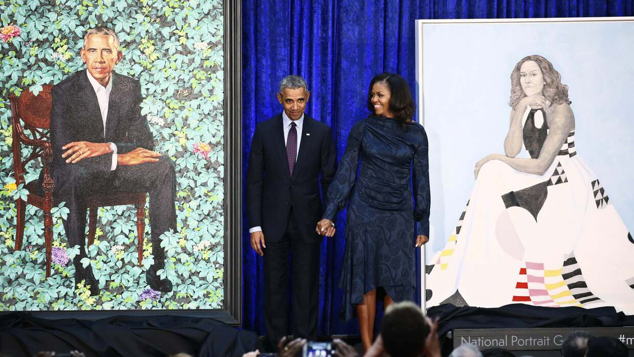 Barack y Michelle Obama con sus retratos