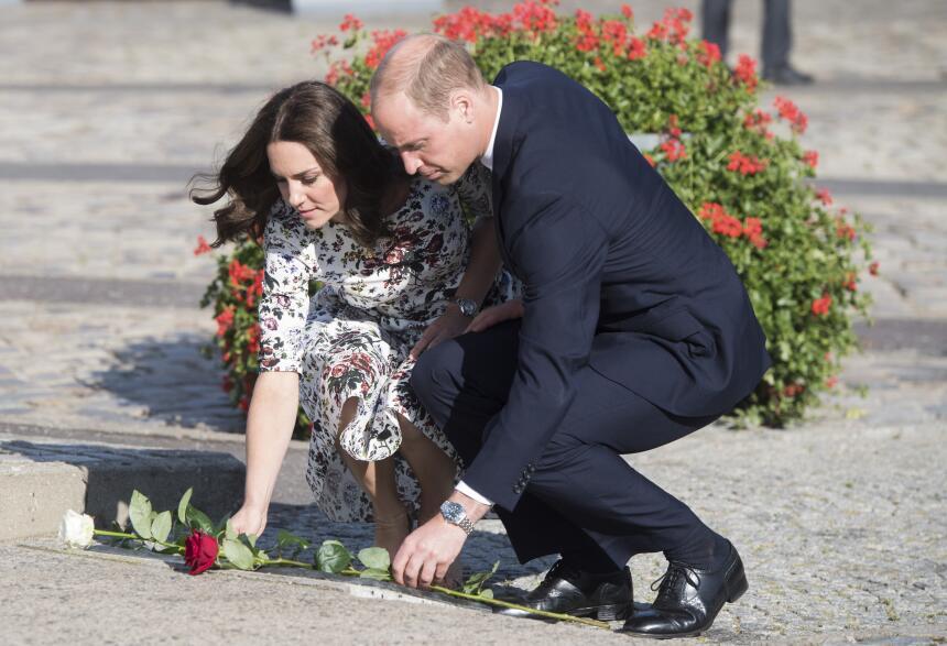 William y Kate ofrendaron rosas en el Monumento a los trabajadores de ar...