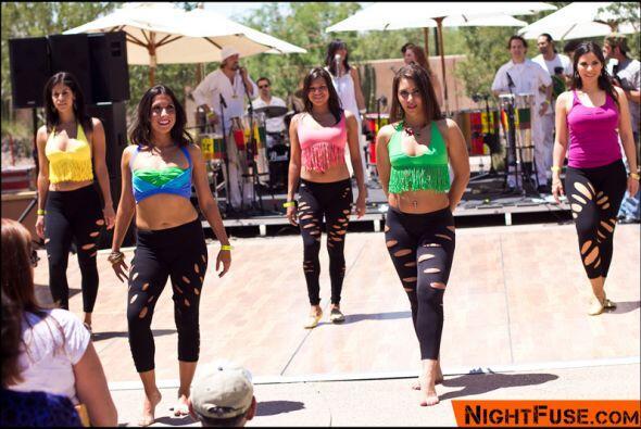 Cambiaron de traje, y luego las bailarinas se pusieron a bailar samba.