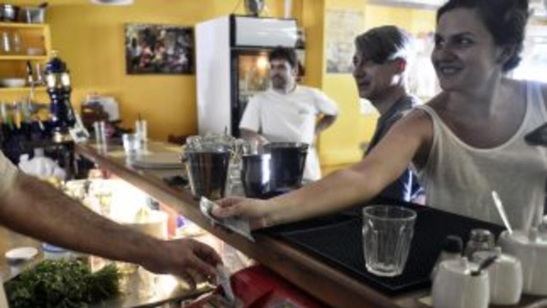 1. Una mujer en una cafetería de Atenas la mañana después del referéndum...