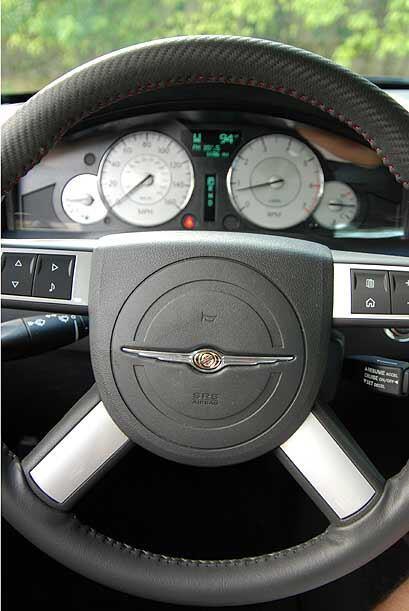 El volante multifuncional está forrado en cuero perforado ofreciendo bue...