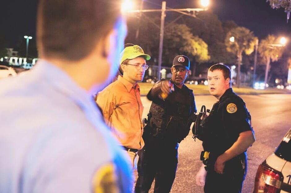 Un observador legal es arrestado después de que trató de obtener informa...