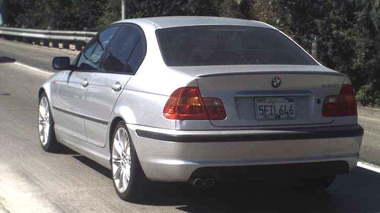 Automóvil BMW 2004 gris de Aramazd padre encontrado rociado con gasolina.