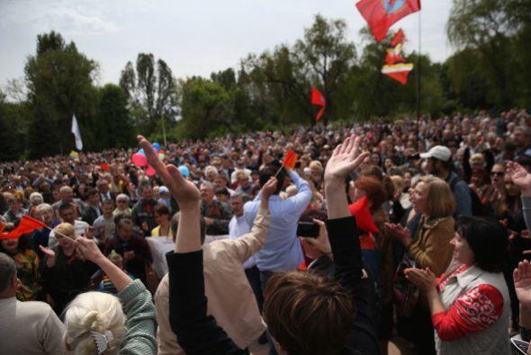 Cientos de personas desfilaron en Ucrania, pese a la crisis.