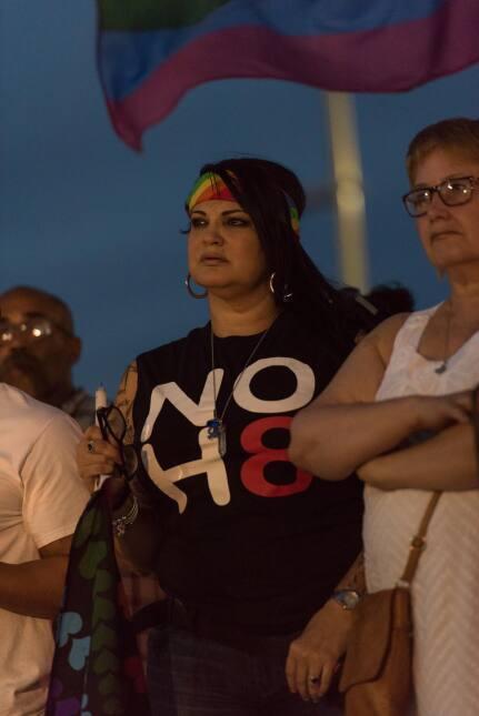 Comité pro gay organiza vigilia en honor a las víctimas del ataque a tir...