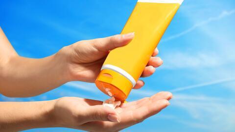 Experta explica la forma correcta de aplicarte el protector solar