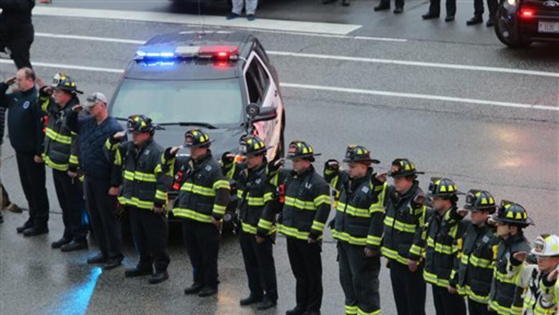 Bomberos de Chicago rinden honores a Daniel Capuano, un bombero de 42 añ...