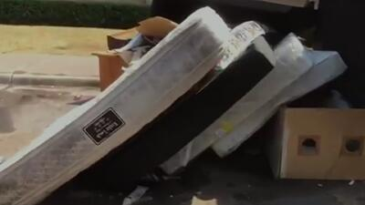 Residentes de un complejo de apartamentos temen por su salud y denuncian acumulación de basura