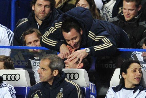 Lampard y John Terry ya estaban en la banca y disfrutaban lo que pasaba...