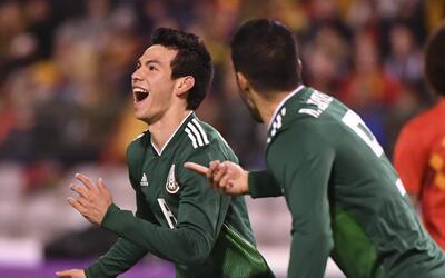 Hirving Lozano (izquierda) festeja con su compañero Raúl Jiménez tras ma...