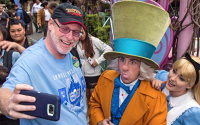 Jeff Reitz, el visitante frecuente de Disneyland, se toma una 'selfie' c...