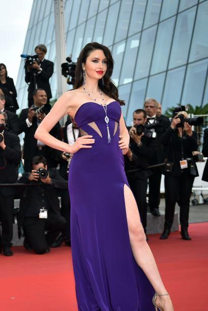 Emma Miller lució elegante pero súper sensual en un vestido púrpura.