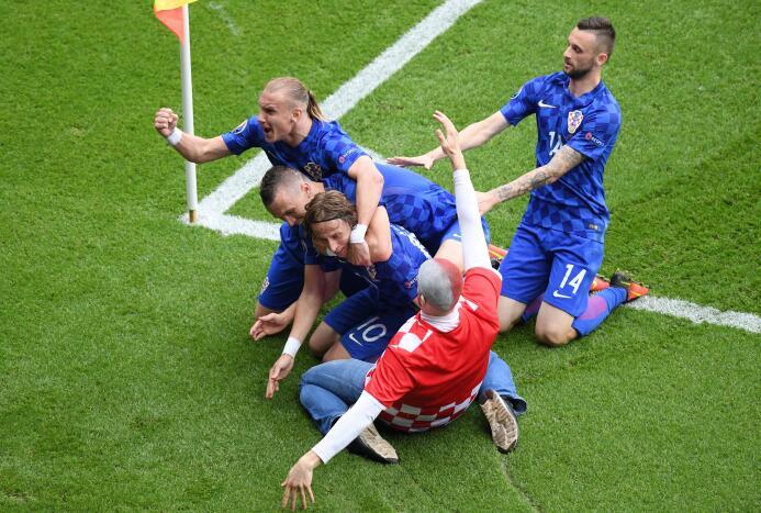 Fan festeja con Croacia el gol de Modric