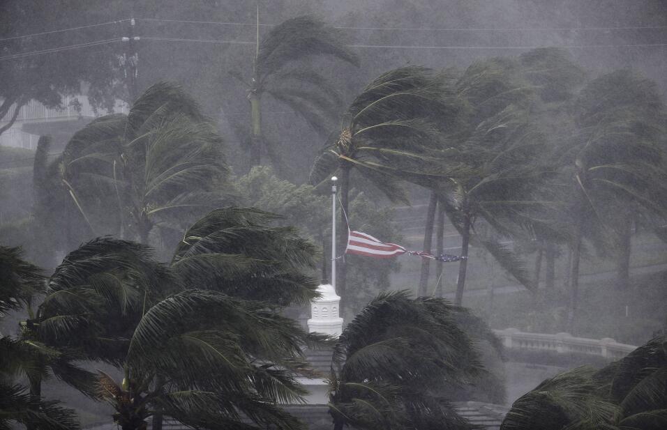 La fuerza de Irma llega a Naples, en la costa oeste del estado.