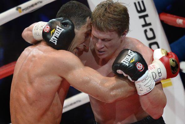 La pelea careció de ritmo por los constantes agarrones.