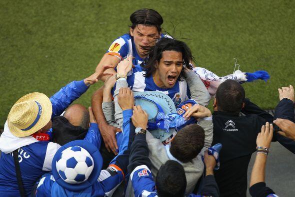 La gente abrazaba a Radamel, al igual que sus compañeros.