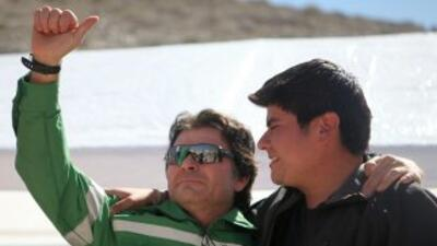 El minero Pablo Rojas saluda a los rescatistas el miércoles 13 de octubr...