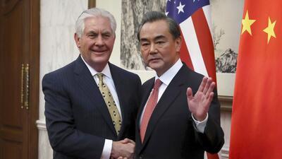 Rex Tillerson estrecha la mano del ministro chino de Exteriores, Wang Yi
