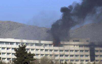 Varias personas tratan de escapar por un balcón del Hotel Interco...