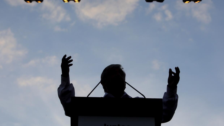 Silueta del candidato Andrés López Obrador durante un acto de campaña el...