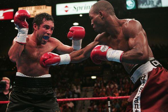 """""""scar De la Hoya y Bernard Hopkins se enfrentarón el 18 de septiembre de..."""