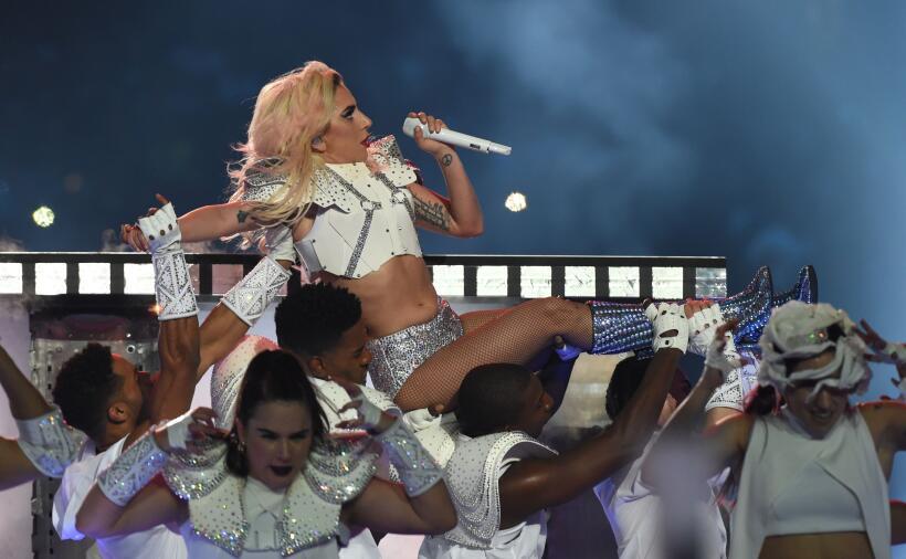 Lady Gaga se mantuvo fiel a su carrera, ofreciendo un espectáculo de alt...