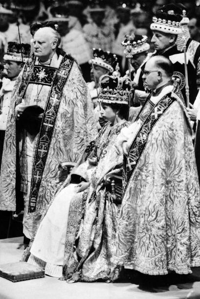 1953- Isabel II es coronada como reina de Gran Bretaña en la abadía de W...