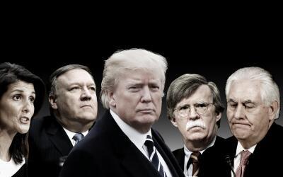 Donald Trump y su equipo de política exterior. De izquierda a der...