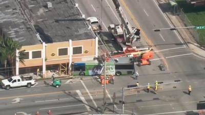 Intentan remover el autobús que chocó contra un edificio en Miami y quedó atascado casi una semana
