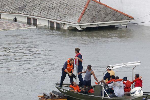 El personal de emergencias rescata a personas de casas sumergidas.