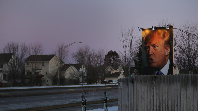 Poster gigante en la casa de un simpatizante de Trump en Des Moines, Iowa