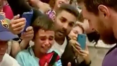 ¡Te hará quebrarte! Niño llora cuando Messi le firma la camiseta de Newell's